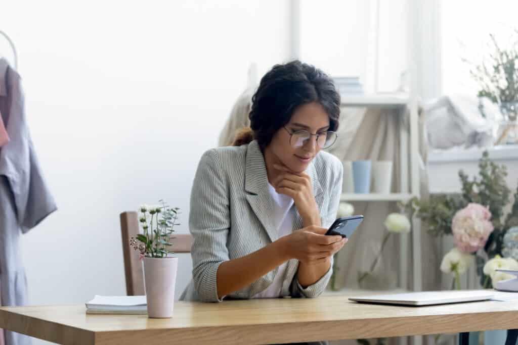 Une femme utilise des applications de médias sociaux sur son téléphone.