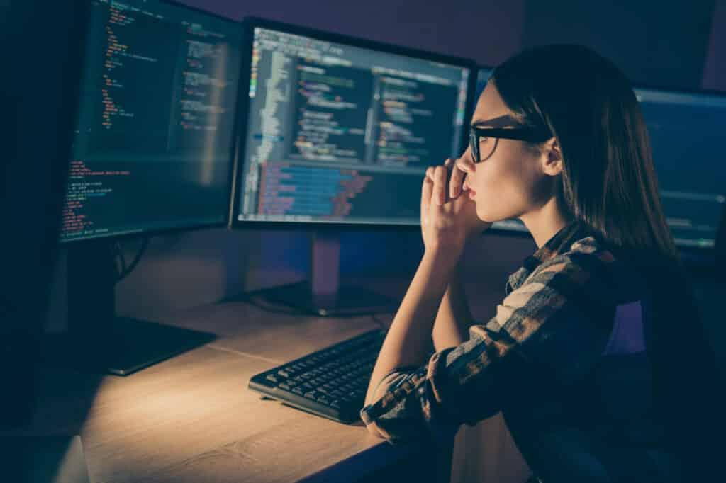 Un développeur web travaillant à son poste.